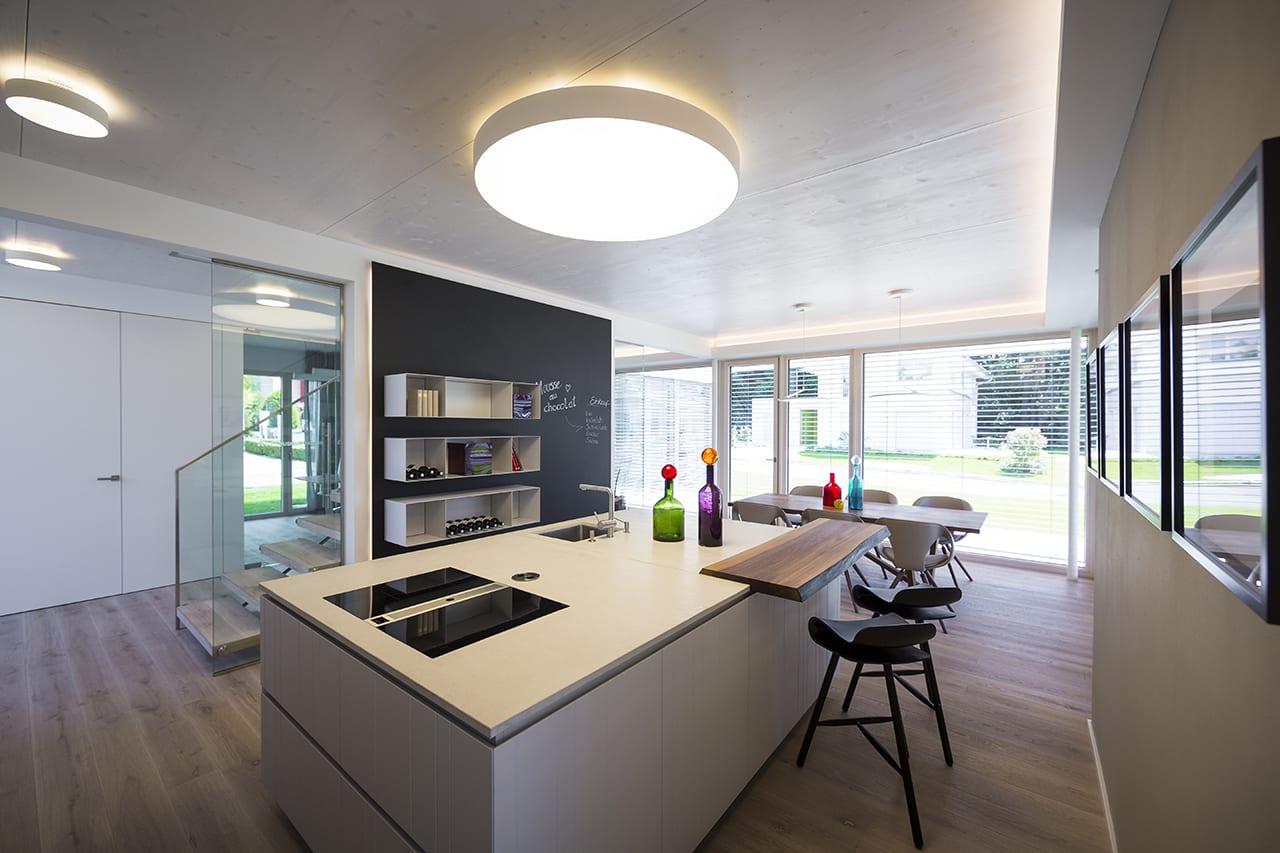 ARKITURA Individualität - gestalterisch und statische sichtbare Massivholz Decke Musterhaus Bad Vilbel