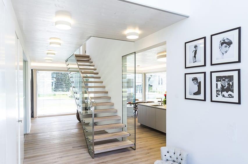 ARKITURA Individualität - lichte Raumhöhe sorgt mit den Fenstern für hellen Wohnraum Musterhaus Bad Vilbel