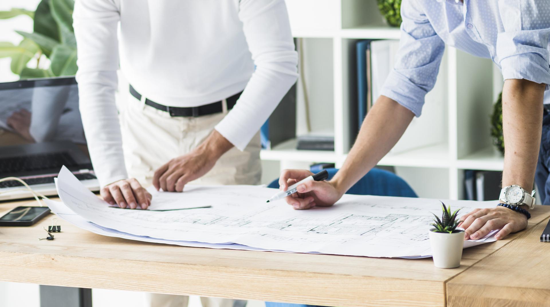 Gemäß der Philosophie von Arkitura behandeln jede Idee Respekt - Unsere Architekten bei der Planbesprechung